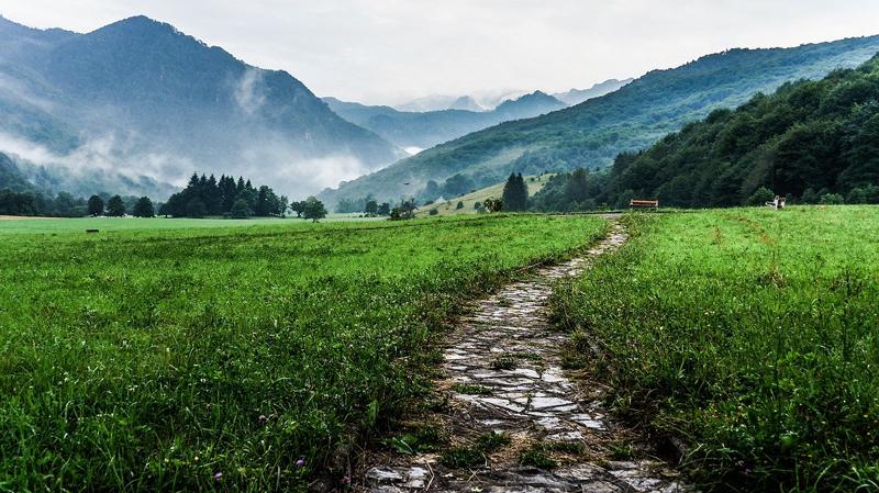 Strada di montagna, percorso, camminare benefici, crescita personale